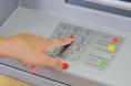 Générique - distributeur de billet - zoom sur le clavier, avec main