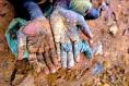 Générique - conflict minerals - mains d'enfant tenant du minerai - (c) Shutterstock