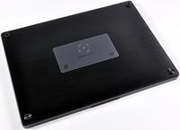 Partie inférieur d'un Dell Adamo exempte des traditionnelles trappes d'accès à la RAM, Disque dur et batterie